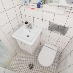 Bardzo mała łazienka została urządzona całkowicie w bieli, co w pewnym stopniu pozwoliło zminimalizować wrażenie klaustrofobicznej ciasnoty. Projekt: Szymon Hanczar. Fot. Jędrzej Stelmaszek.