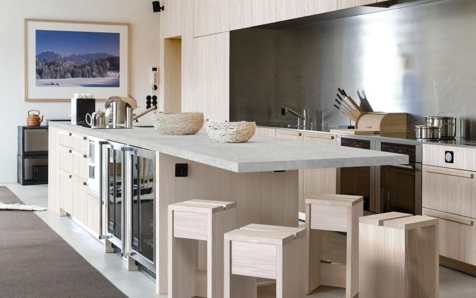 Blat laminowany z dekorem Smooth Concrete, przypominającym beton architektoniczny, oszlifowany i gładki. Przepięknie prezentuje się w połączenie z dekorem drewnianym. Fot. Pfleiderer.