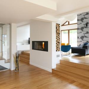 Wnętrze jest nowoczesne, oszczędne w ozdobne detale, ale też przytulne i eleganckie. Jego minimalistyczny wystrój ociepla drewno - materiał z natury szlachetny, nobilitujący kreowana przestrzeń. Projekt: Małgorzata Galewska. Fot. Bartosz Jarosz.