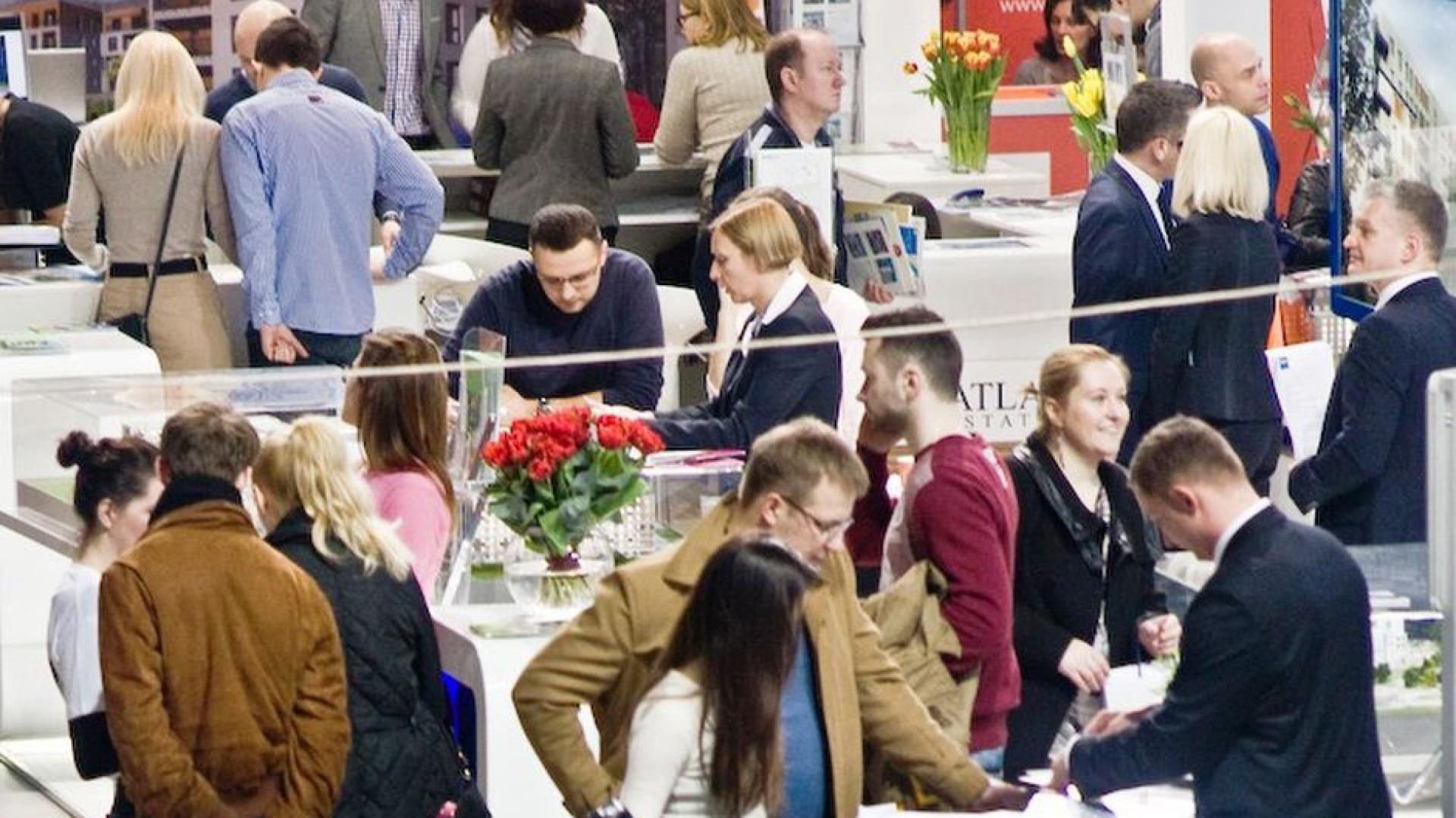 W ramach targów mieszkaniowych ponad 20 biur nieruchomości z Warszawskiego Stowarzyszenia Pośredników w Obrocie Nieruchomościami zaprezentuje aktualne oferty mieszkań, domów i działek w ramach Centrum Rynku Wtórnego i Ofert Inwestycyjnych WSPON. Fot. Targi Nowy DOM Nowe Mieszkanie.