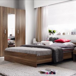 Meble do sypialni Liberia wprowadzą ciepły i przytulny klimat. Praktycznym rozwiązaniem jest szafa wysposażona w duże lustro. Fot. Black Red White.