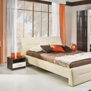 Charakterystycznym elementem kolekcji Allesia jest tapicerowane łóżko z poziomymi przeszyciami. Otulone miękką tkaniną lub ekologiczną skórą łoże, sprawi, że wnętrze sypialni nabierze przytulnego ciepła. Cena zestawu: ok. 2.023 zł. Fot. BogFran