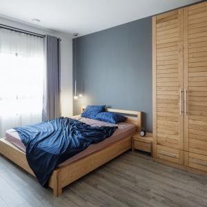 W aranżacji całego wnętrza przewijają się motywy drewniane, obecne zarówno na podłodze jak i w formie zabudowy meblowej. Projekt: Le Studio. Fot. Thien Thach.