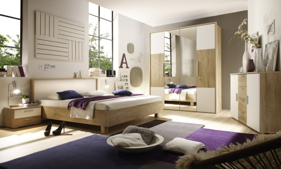 Helios to nowoczesne meble do sypialni w modnym połączeniu bieli i jasnego drewna. Szeroko rozbudowany system szaf pozwala na stworzenie funkcjonalnego wnętrza na każdym metrażu. Cena zestawu: ok. 2.199 zł. Fot. Helvetia Wieruszów