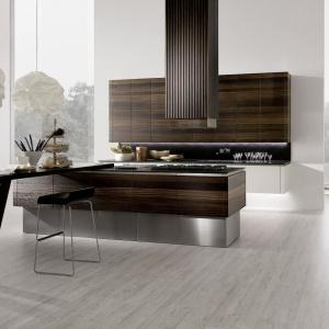 Przepiękna, elegancka kuchnia, której fronty wykończono naturalnym fornirem wędzonego dębu, układającym się w poziome warstwy. Szlachetny kolor drewna prezentuje się niesamowicie w połączeniu z nowoczesnym designem mebli. Fot. Rational Einbaukuechen, model Neos.