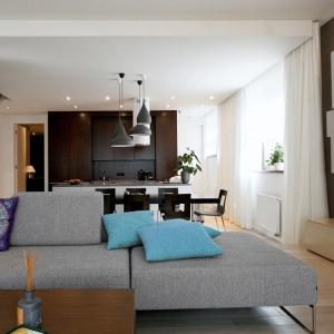 Duże okna znajdujące się w kuchni sprawiają, że jest ona przepełniona światłem naturalnym, wkraczającym również w inne pomieszczenia wspólnej open space.  Projekt: Soma Architekci. Fot. Soma Architekci.