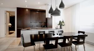 Jasne kolory, zróżnicowane materiały i styl nowoczesny połączony z przytulnością. Tak wygląda mieszkanie na warszawskiej Saskiej Kępie.