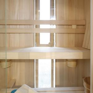 W tej saunie można przebywać godzinami. Okno z widokiem zachęca do odpoczynku.