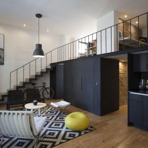 Loftowy klimat w mieszkaniu buduje cegła na ścianach, obecna w dwóch kolorach oraz techniczne oświetlenie. Projekt: Eduardo Cadaval & Clara Solà-Morales. Fot. Miguel de Guzmán.