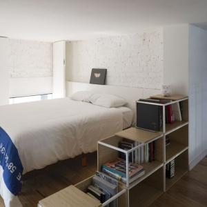 Poszczególne pokoje komunikuje łącznik, zabezpieczony metalową balustradą. Sypialnię wydziela również niewielki regał z półkami na przestrzał. Projekt: Eduardo Cadaval & Clara Solà-Morales. Fot. Miguel de Guzmán.