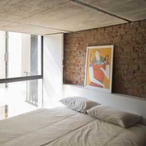 Tutaj w dialog ze sobą wchodzą dwa surowe, ale skrajnie różne materiały: czerwona cegła i bladoszary beton na suficie. Projekt: Eduardo Cadaval & Clara Solà-Morales. Fot. Miguel de Guzmán.