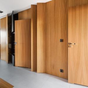 W drewnianym boxie ukryto łazienki, a także wymarzoną spiżarnię właściciela Projekt: mode:lina architekci. Fot. Marcin Ratajczak.