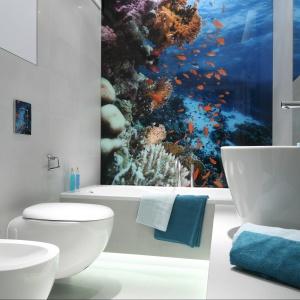 W łazience z efektowną fototapetą postawiono na nowoczesne formy ceramiki sanitarnej. Proj. Anna Maria Sokołowska. Fot. Bartosz Jarosz.