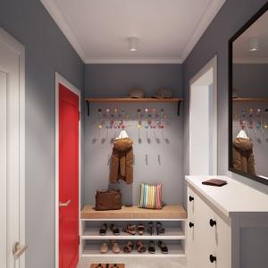 Oprócz czerwonych drzwi, na tle szarych ścian, idealnie wyróżnia się kolorowy wieszak na ubrania wierzchnie. Projekt i wizualizacje: Alexei Ivanov i Pavel Gerasimov / Studio projektowe Geometrium.