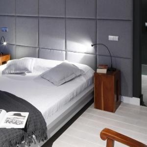 Zagłówek nie zawsze musi być zintegrowany z ramą łóżka. Pikowana ściana może być dla łóżka doskonałym tłem. Projekt: Maciejka Peszyńska-Drews. Fot. Bartosz Jarosz.