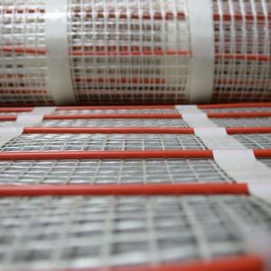 Maty grzejne są cieniutkie - ich grubość wynosi ok. 4 mm. Fot. LUXBUD.