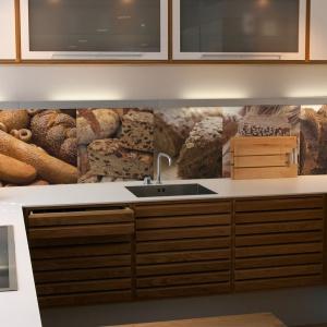 W kuchni idealnie sprawdzają się wszelkie spożywcze motywy - od soczystych owoców po chrupiący, pachnący, świeżo upieczony chleb. Fot. Glamstore.