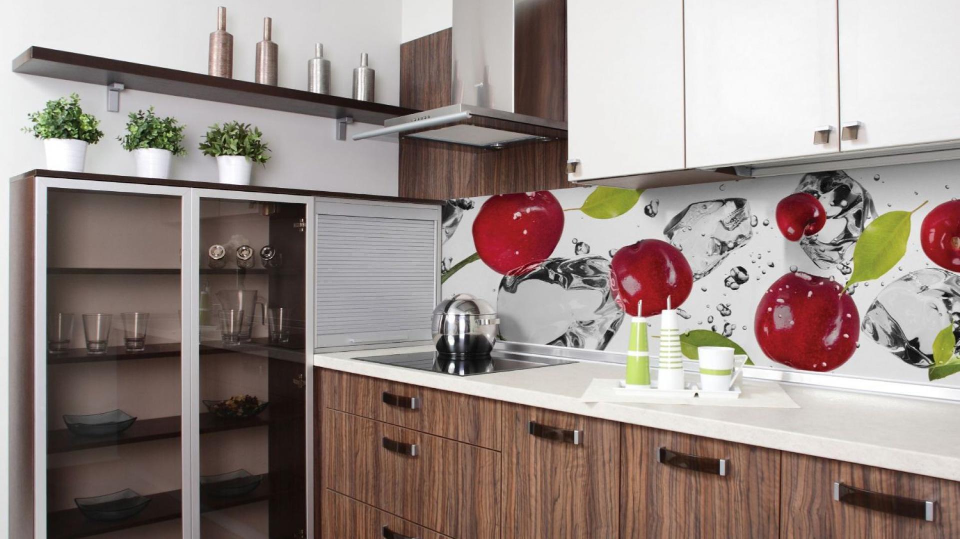 Czerwone, błyszczące wisienki ożywiają aranżację kuchni, zdominowanej przez biel i drewno. Fot. Dekornik.