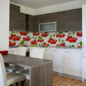 Czerwone, wesołe wisienki z zielonymi listkami ożywiają stonowaną aranżację kuchni. Fot. Artofwall.