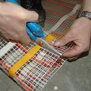 Maty grzewczej w żadnym wypadku nie można skracać ani przecinać przewodu grzejnego. Skrócony może być jedynie przewód zimny. Mufa połączeniowa przewodu grzejnego z zimnym nie może być zaginana, należy montować ją w warstwie grzejnej w podłodze. Fot. LUXBUD.