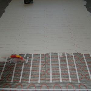 Maty instaluje się w kleju pod płytkami. Fot. LUXBUD.