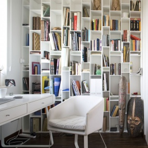 Udekorowana białymi półkami na książki ściana udowadnia, iż tradycyjny regał do przechowywania wcale nie musi być nudny. Projekt: Małgorzata Szajbel-Żukowska, Maria Żychiewicz. Fot. Bartosz Jarosz.