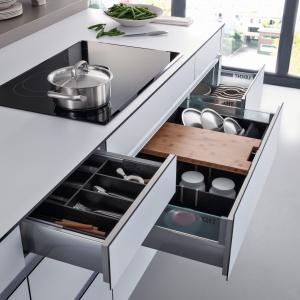 Na zdjęciu: meble kuchenne Ceres/Core-A firmy Leicht. Szuflady m.in. z organizerem na pokrywki. Fot. Leicht.