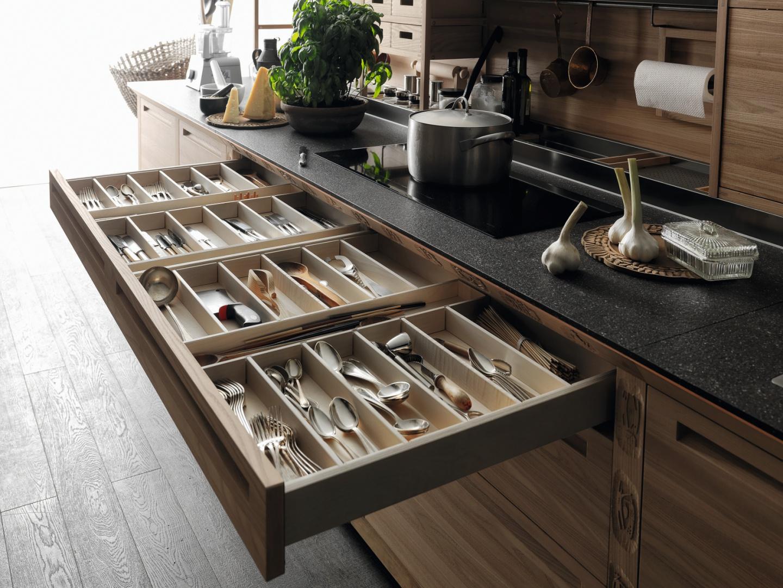 Naturalne materiały, takie jak drewno sprawiają, że kuchnia jest bardziej przytulna. W przegródkach z drewna wygodnie przechowuje się np. sztućce. Na zdjęciu: meble kuchenne SineTempore Valcucine. Szuflady z drewnianymi przegródkami, ręcznie wykończone. Fot. Valcucine.