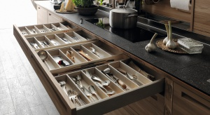 Naczynia, sztućce, drobiazgi, przyprawy – wszystkie potrzebnei niezbędne. Aby szybko je odnaleźć, muszą być poukładane.Najlepiej w szufladach lub małych wyciągach pod blatem.