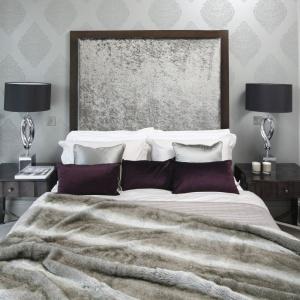W eleganckiej sypialni ścianę za łóżkiem wyłożono zdobną tapetą z klasycznym wzorem. Projekt: Ventana. Fot. Bartosz Jarosz.