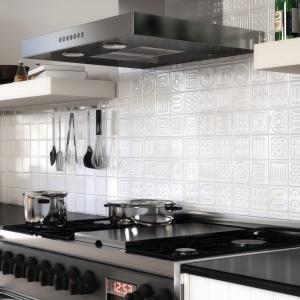 Klimat wnętrza potęgują wzory odciśnięte w powierzchniach białych płytek. Na każdej z nich wydzielone są cztery równe kwadraty, które po ułożeniu na ścianie wyglądają jak oddzielne kafle – seria Matrix firmy Argenta. Fot. Argenta.