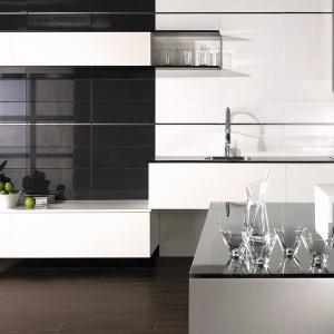 Podłużne płytki w ponadczasowych kolorach są łatwe do utrzymania w  czystości. Modna biel lub czerń dodadzą strefie przygotowywania posiłków elegancji – kolekcja Galaxy firmy Grespania. Fot. Grespania.