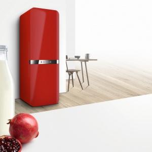 Czerwona chłodziarko-zamrażarka Coolclassic KCE40AR40 marki Bosch wyglądem nawiązuje do stylu lat 50. Wyposażona w szereg nowoczesnych funkcji. Chłodziarka ma 4 szklane półki, składaną półkę Flexschelf, oświetlenie LED, szufladę na warzywa Crisper Box z regulacją wilgotności i pojemnikiem DividerBox, komorę świeżości ChillerBox. 8.979 zł. Fot. Bosch.