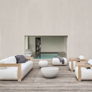 Ramy mebli z kolekcji Cloud (proj. Andrea Parisio) wykonane są z litego, bielonego drewna iroko. Tapicerowane siedziska i oparcia. W kolekcji: sofa, modułowy system wypoczynkowy, fotel i łóżko do opalania. Dostępne w ofercie marki Meridiani. Cena: od 9.730 zł/fotel, od 18.950 zł/sofa. Fot. Meridiani/Kari Mobili.