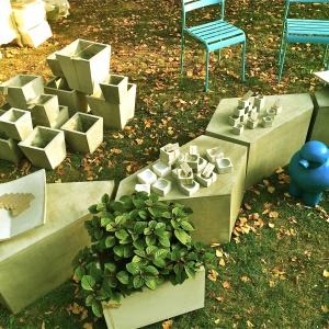 Stolik Pentagon wykonany z betonu architektonicznego stanowi ciekawą alternatywę dla tradycyjnych mebli ogrodowych. Dostępny w ofercie marki Morgan&Möller. Cena: 980 zł. Fot. Morgan&Möller.