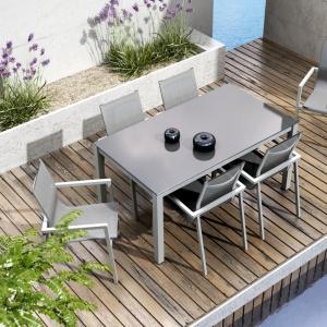 Nowoczesny zestaw mebli z aluminium malowanego proszkowo składa się z 6 krzeseł Alicante oraz stołu Oviedo (160 cm) z szybą z hartowanego szkła gr. 8 mm. Dostępne w ofercie marki Oltre. Cena: 4.730 zł (zestaw). Fot. Zumm/Oltre,