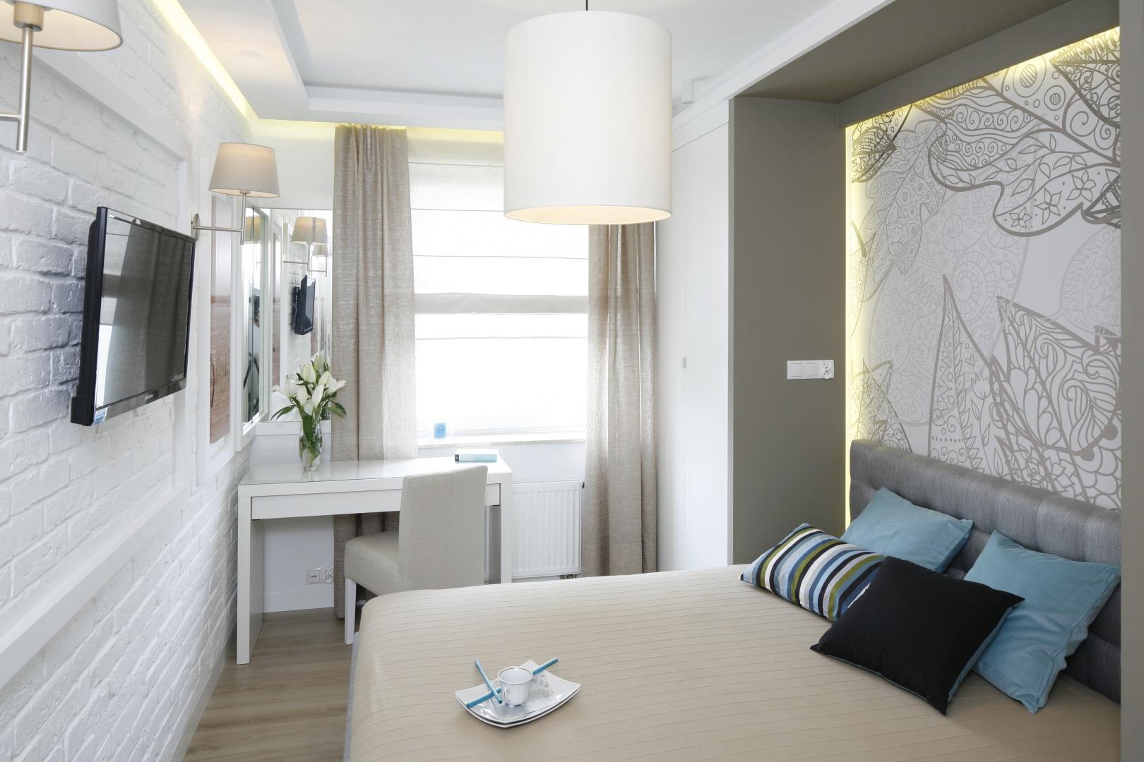Ściana za łóżkiem to idealne miejsce do śmielszych dekoracji. Ciekawym pomysłem jest dekoracyjna wnęka w ścianie, w której ustawione zostało łóżko. Projekt: Małgorzata Mazur. Fot. Bartosz Jarosz