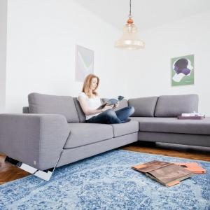 Varenna marki Bizzarto to bardzo zgrabna sofa narożna, która pomimo swej przestrzenności, wygląda lekko. To efekt zastosowania oryginalnych, metalowych nóg, a także braku boczku z jednej ze stron. Fot. Bizzarto.