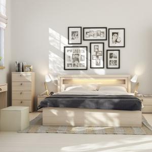 Sypialnia R&O. Nawiązaniem do tradycji jest dekor Brzoza Ojców zaprojektowany przez Tomka Rygalika. Ciepły kolor drewna sprawi, że sypialnia stanie się przestronna i przytulna jednocześnie. Fot. Meble Vox.