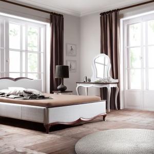 Biała sypialnia Milano wyróżnia się dekoracyjną podstawą mebla, w kontrastowej brązowej tonacji. Fot. Taranko.