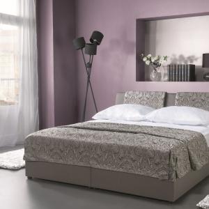 Łóżko z kolekcji Komfort jest miękkie, wygodne i doskonale wpisze się w styl glamour. Poduszki na zagłówku łóżka będą doskonałym wsparciem dla pleców podczas wieczornego czytania książki. Fot. Libro.