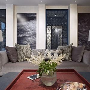 Oryginalnym pomysłem na dekorację ścian stało się zamontowanie ażurowych drzwi oraz ciemna fototapeta. Projekt: Rupert Martineau, SHH Architects. Fot. Alastair Lever, Gareth Gardner.