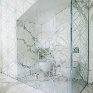 Strefa toaletowa została odseparowana od reszty szklaną kabiną z ciekawym motywem zdobniczym. Projekt: Rupert Martineau, SHH Architects. Fot. Alastair Lever, Gareth Gardner.