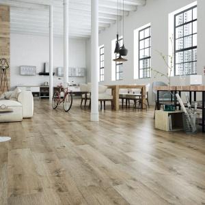 Płytki podłogowe z kolekcji Merbau z oferty marki Stn Ceramica doskonale imitują te egzotyczne drewno. Fot. Stn Ceramica.