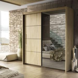 Szafa Inova ma przesuwne drzwi, dzięki czemu można wyposażyć nią nawet małą sypialnię. Przyciemniana szyba na froncie doda wnętrzu charakteru i spełni rolę lustra. Fot. FM Bravo.
