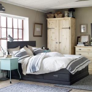 Szafa Fjell to mebel w naturalnym stylu. Wewnątrz znajdziemy wiele miejsca na ubrania wiszące, jak również pojemne szuflady na bieliznę. Fot. IKEA.