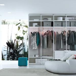 Garderoba Ego to stylowy mebel, który posiada przeźroczyste fronty. Takie rozwiązanie wymaga jednak utrzymania wewnątrz stale nienagannego porządku. Fot. Poliform.