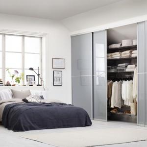 Dzięki drzwiom przesuwnym mamy doskonały dostęp do zawartości szafy. Fronty szafy mogą posłużyć również jako dekoracja wnętrza. Fot. Elfa.