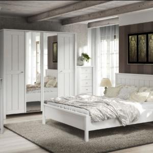 Sypialnia Village to kolekcja w stylu skandynawskim. Proste stylistycznie meble utrzymane są w całości w białym, matowym wykończeniu. Fot. FM Brawo.