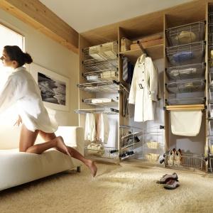 Akcesoria do organizacji dają gwarancję precyzyjnego dostosowania wyposażenia garderoby do indywidualnych potrzeb. Metalowe kosze mogą zastąpić tradycyjne szuflady, zaś drążki na sukienki i spodnie zapewnią porządek we wnętrzu szafy. Fot. Nomet.